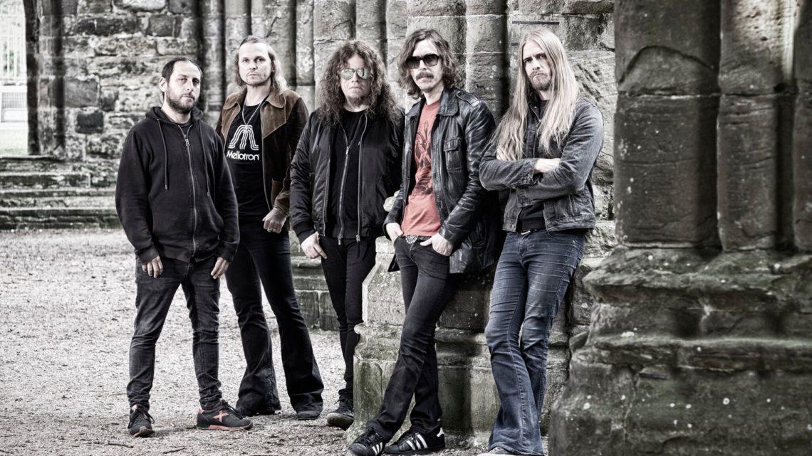 Banda Opeth posa para foto em meio a ruinas