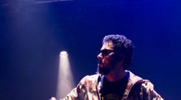 Cantor Jorge du Peixe no palco com a banda Nação Zumbi
