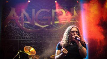 Fabio Lione e fundo de palco do Angra em show no Rio de Janeiro.