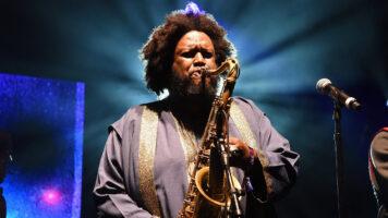 Kamasi Washington tocando sax