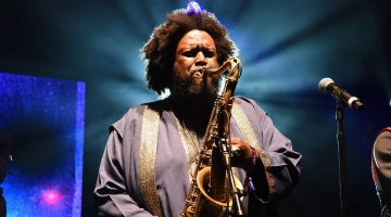 Kamasi Washington tocando sax