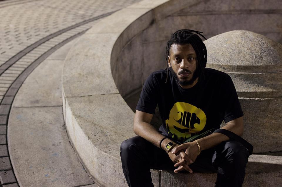 Rapper BK' sentado em foto de divulgação