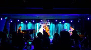Banda GoGo Penguin se apresenta no palco do Blue Note Rio para plateia