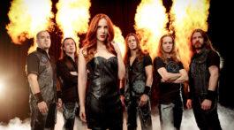 Banda Epica posa para foto na frente de cenário de fogo