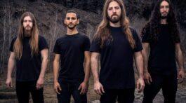 Banda Beyond Creation posa para foto em fundo de rocha