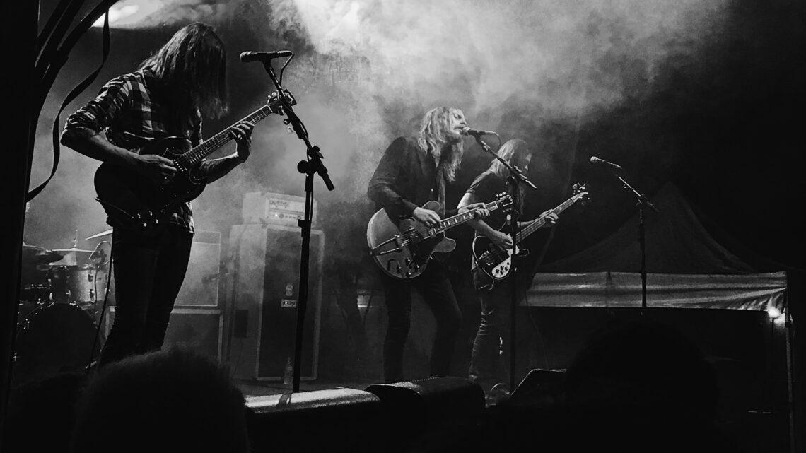 Show da banda graveyard em preto e branco