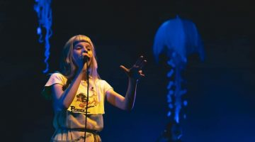 Aurora cantando em Show em São Paulo