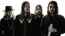 Banda sueca Graveyard posa para foto em fundo branco