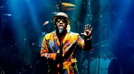 Vocalista Corey Glover, da banda Living Colour, canta em palco no Rio de Janeiro