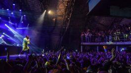 Black Alien no palco se apresentando para plateia do Circo Voador