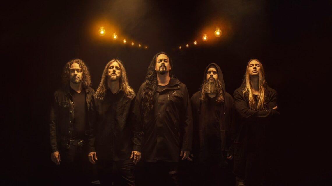 Banda Evergrey posa para foto em fundo em CG simulando tunel