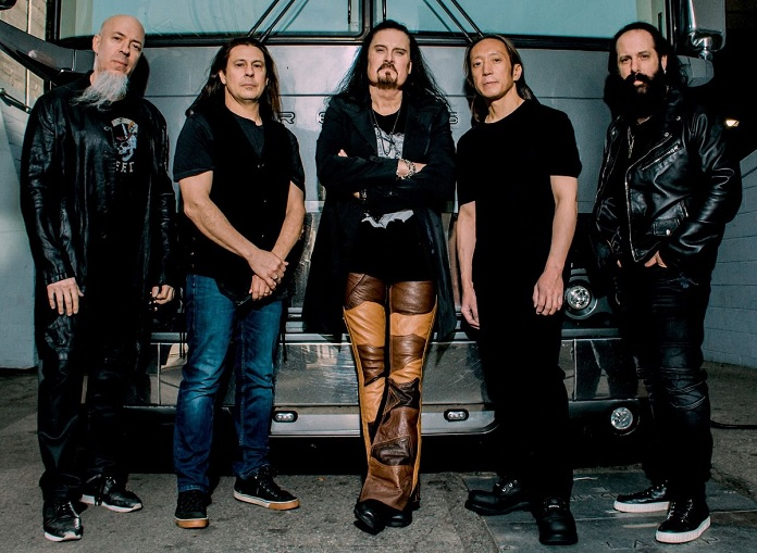 Banda Dream Theater posa para foto encostado em carro antigo