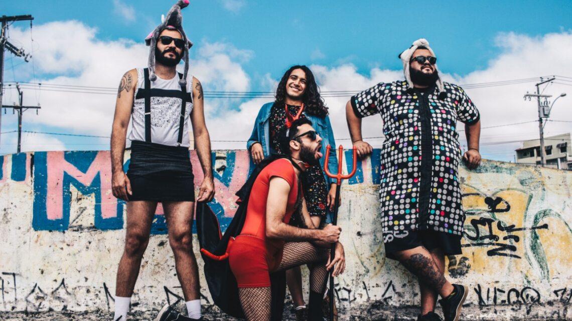 Banda iracema posa para foto em pose engraçada em frente a muro pixado