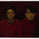 Banda The Holydrug Couple em foto de vermelho com fundo vermelho