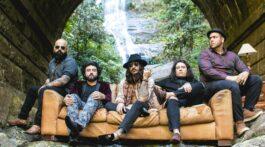 Banda Folks posa em sofá no meio do mato