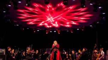 Camerata Florianópolis se apresenta em palco iluminado por luz vermelha