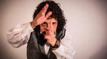 Benito di Paula faz pose enigmática