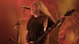 Tom Araya, da banda Slayer, se apresenta em fundo vermelho no Rock in Rio 2019