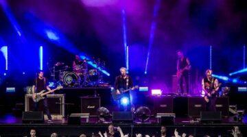 Banda The Offspring faz show iluminado
