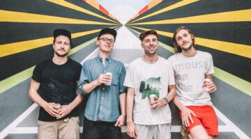 Banda Delta Sleep tira foto sorrindo em fundo colorido