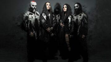 Banda Lacuna Coil posa para foto com maquiagem macabra e fundo escuro