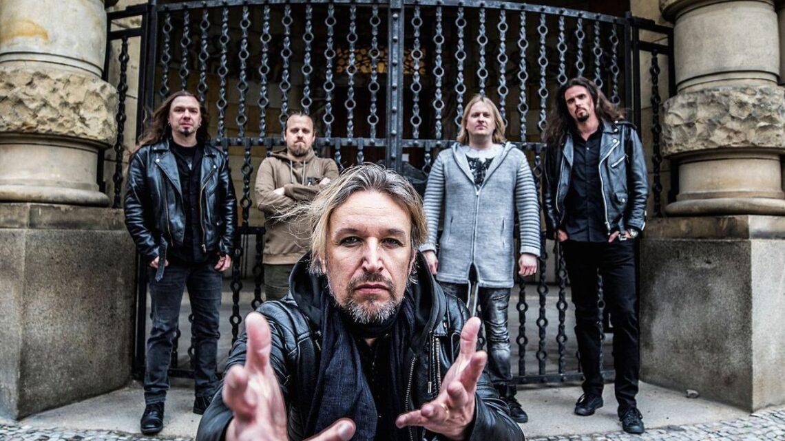 Banda Sonata Arctica posa para foto com o vocalista Tony Kakko em primeiro plano