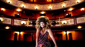 Atriz do musical One Night of Tina posa em teatro