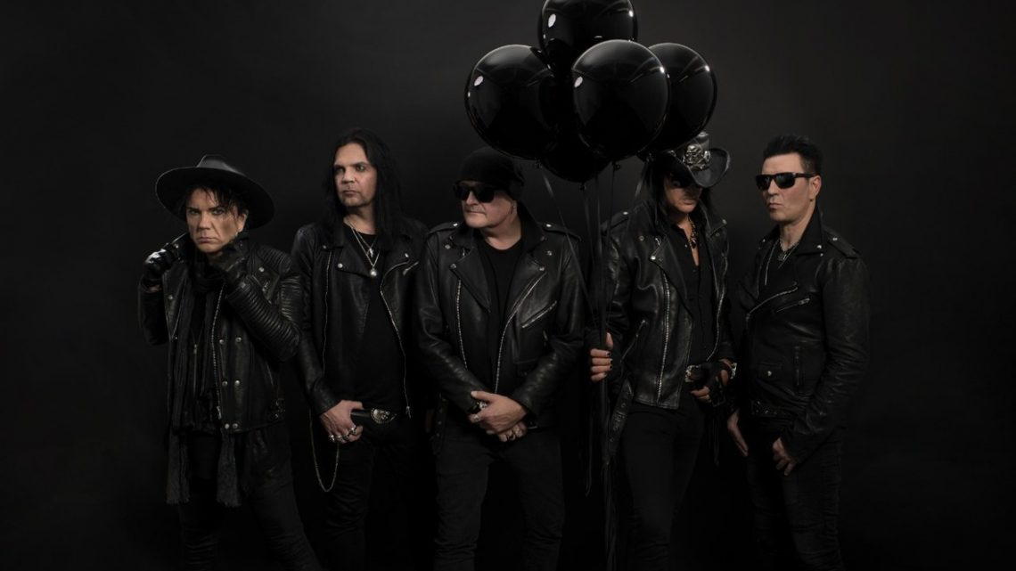 Banda The 69 Eyes posa para foto em fundo escuro e com balões pretos