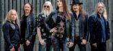 Banda Nightwish posa para foto com Floor Jansen em primeiro plano