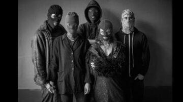 Pussy Riot tira foto em preto e branco