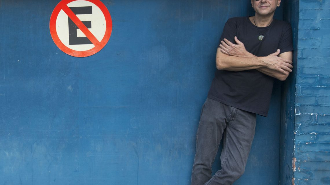 Guto Goffi posa para foto ao lado de placa de proibido estacionar