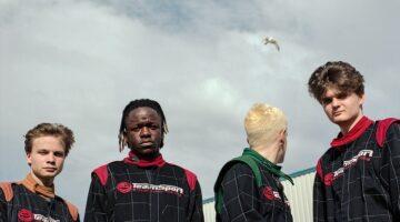 Banda Black Midi posa para foto com uniformes de corrida