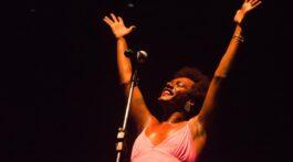 Liniker de braços abertos em show no Rio de Janeiro