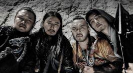 Banda mongol The Hu posa para foto olhando para baixo
