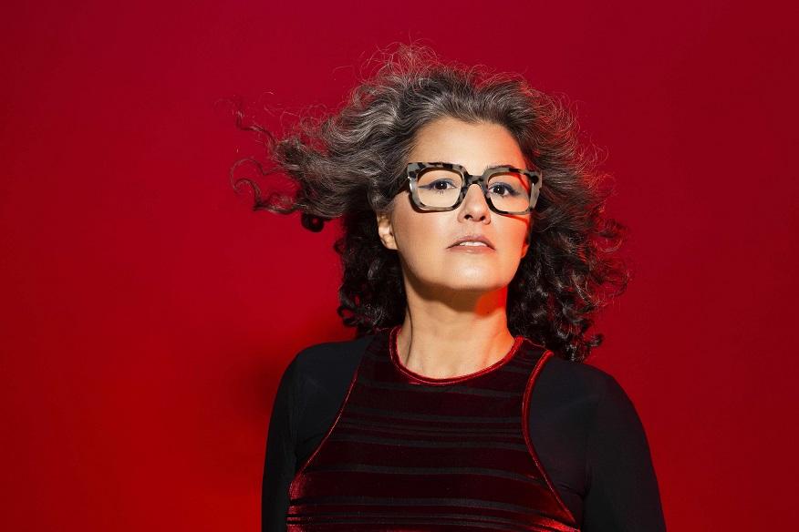 Gabi Doti posa para foto em fundo vermelho