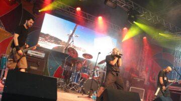 Muqueta na Oreia se apresenta ao vivo