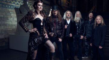 Nightwish posa para foto em museu mal iluminado