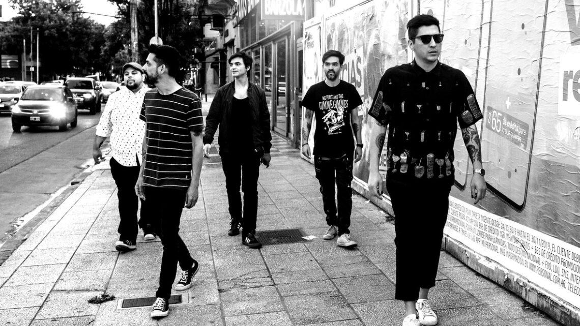 Banda Johnny Olas anda pelas ruas do Chile