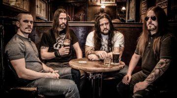 Banda Kataklysm posa para foto em um bar.