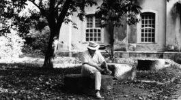 Tom Jobim em uma foto preto em branco em quintal
