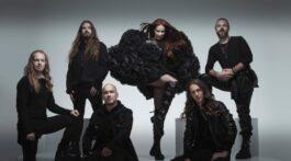 Banda Epica posa para foto com Simone Simmons em pose impactante e todos de preto